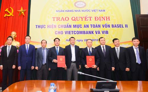 Thống đốc Lê Minh Hưng trao quyết định thực hiện chuẩn Basel II cho Vietcombank và VIB.