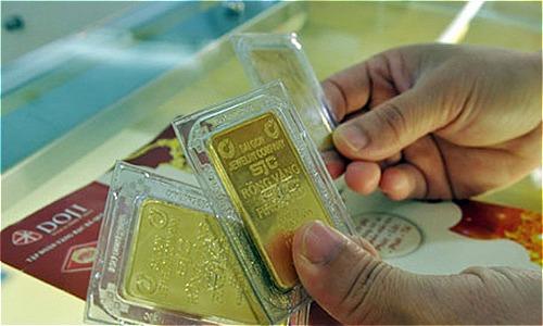 Giao dịch vàng tại doanh nghiệp DOJI. Ảnh: PV.