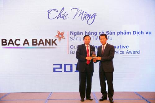 Đại diện Bắc Á nhận giải thưởng Ngân hàng tiêu biểu Việt Nam 2018.