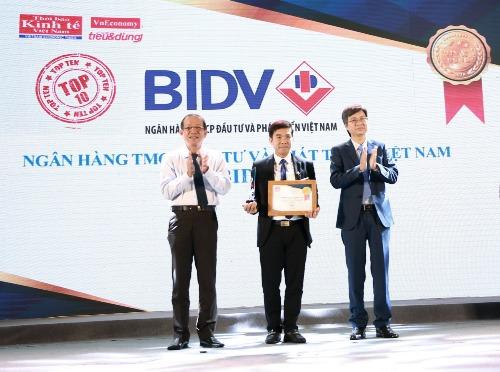 Đại diện BIDV nhận giải thưởng.
