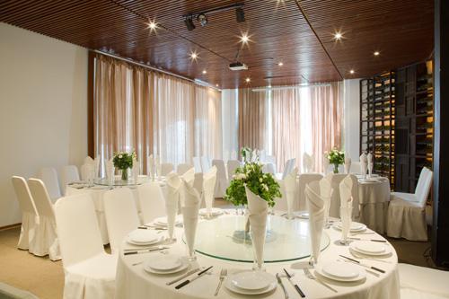 Lựa chọn ẩm thực đa dạng cho tiệc bàn tròn, tiệc buffet, cocktail hay cả những yến tiệc cao cấp trong một không gian riêng tư chính là chất xúc tác phủ lên bầu không khí cảm xúc gắn kết, xích lại gần nhau hơn.