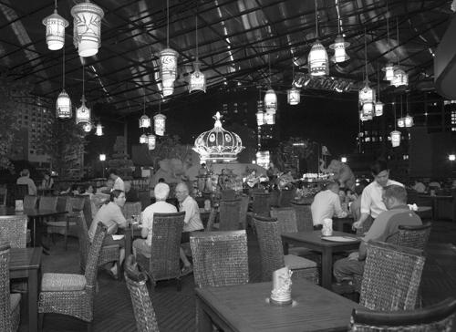 Trong không gian tại Rooftop Garden Bar, hình ảnh Sài Gòn xưa mang phong cách trắng đen làm điểm nhấn tại khách sạn.