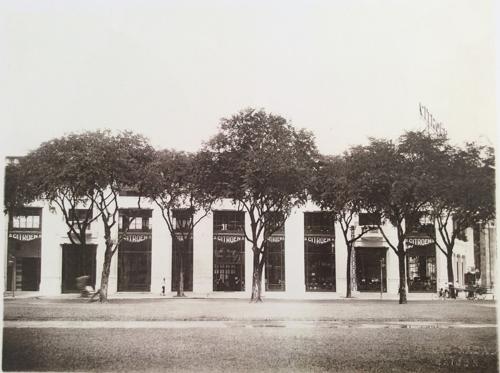 Vào khoảng năm 1925, Rex Hotel Saigon chỉ là một gara ôtô 2 tầng lầu tại góc đường Nguyễn Huệ - Lê Lợi do người Pháp quản lý
