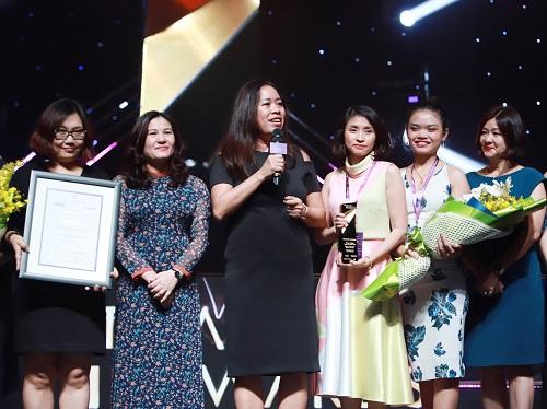 Bà Nguyễn Thị Bích Vân (thứ ba từ trái sang) - Chủ tịch Unilever Việt nam chia sẻ trong đêm trao giải.