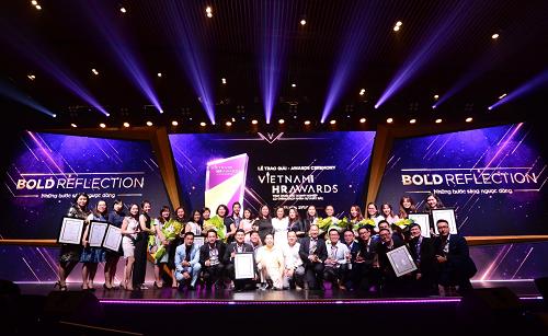 Tập thể Unilever Việt Nam và Thế Giới Di Động chụp ảnh lưu niệm sau khi nhận giải.