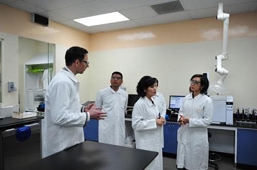 Bà Trần Thị Lệ (ngoài cùng bên phải) - CEO NutiFood thăm phòng nghiên cứu thí nghiệm của BASF khu vực Đông Nam Á.