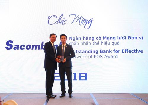 Đại diện Sacombank, ông Nguyễn Minh Tâm Phó tổng giám đốc, nhận giải thưởng Ngân hàng có mạng lưới đơn vị chấp nhận thẻ hiệu quả 2018