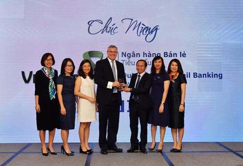 Đại diện Vietcombank nhận giải thưởng Ngân hàng bán lẻ tiêu biểu năm 2018.