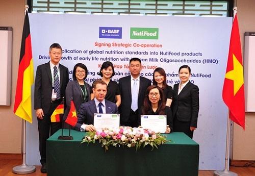 Đại diện công ty NutiFood ký kết với đại diện của Tập đoàn BASF khu vực Đông Nam Á.