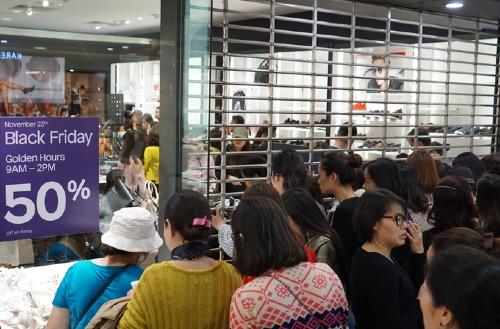 Xếp hàng mua thời trang giảm giá tại Hà Nội dịp Black Friday. Ảnh: Anh Tú
