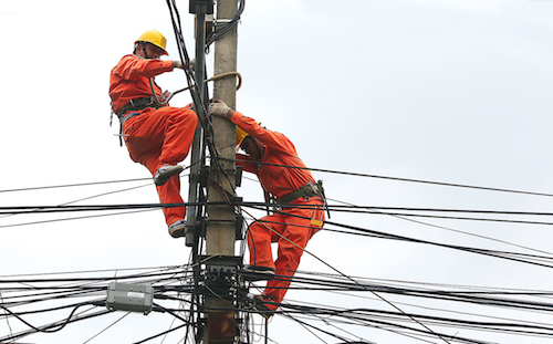 Công nhân Điện lực Hà Nội sửa chữa trên đường dây. Ảnh: Ngọc Thành