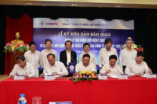 Đại diện các công ty điện lực địa phương ký bàn giao nhận quản lý vận hành lưới điện 110 kV.