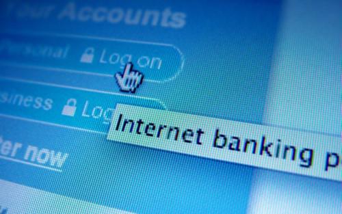 Nhiều ngân hàng ghi nhận số người dùng và giá trị giao dịch qua Internet Banking tăng mạnh nửa đầu năm 2018.