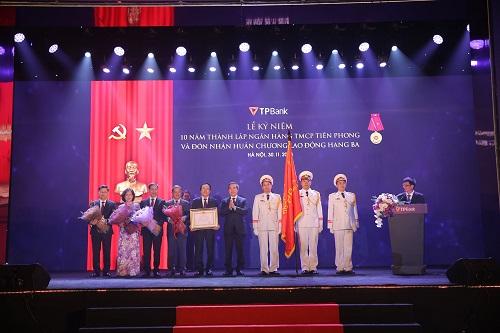 Ông Nguyễn Văn Bình - Uỷ viên Bộ Chính Trị - Bí thư Trung Ương Đảng - Trưởng ban Kinh tế Trung Ương trao huân chương lao động cho TPBank