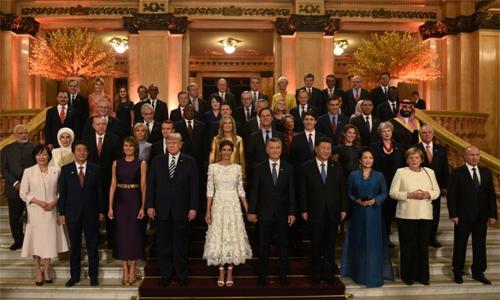 Lãnh đạo G20 và một số đệ nhất phu nhân chụp ảnh lưu niệm bên ngoài nơi tổ chức dạ tiệc tối 30/11 tại Buenos Aires, Argentina. Ảnh: Reuters.