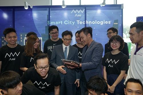 Phó thủ tướng Vũ Đức Đam đến thăm gian hàng Ami - Smart City Technologies.