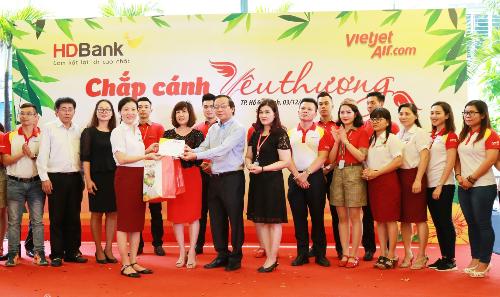 Ban lãnh đạo HDBank và Vietjet Air trao quà cho đại diện Trung tâm Bảo trợ Dạy nghề Tạo việc làm cho Người tàn tật TPHCM.