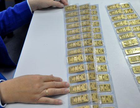 Giao dịch vàng miếng tại một ngân hàng cổ phần ở TP HCM. Ảnh: Lệ Chi.
