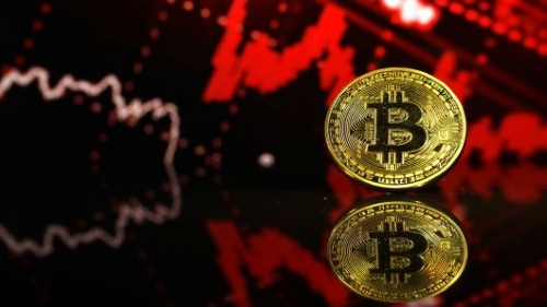 Đồng tiền mô phỏng tiền ảo Bitcoin. Ảnh: AFP