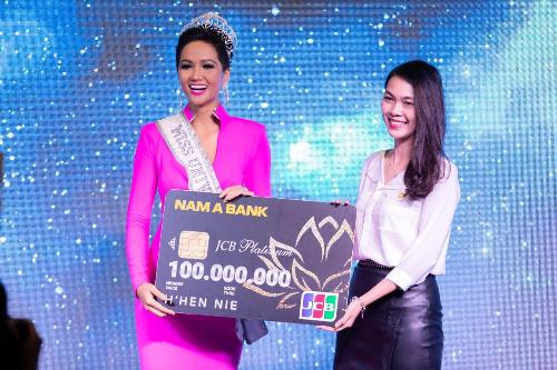 Đại diện Nam A Bank trao tặng cho Hoa hậu HHen Niê thẻ tín dụng Nam A Bank JCB Platinum tại họp báo công bố đại diện chính thức của Việt Nam tại cuộc thi Hoa hậu Hoàn vũ - Miss Universe 2018.
