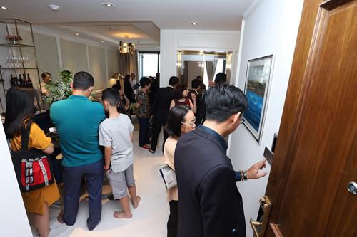 Rất đông khách hàng đến tham quan, tìm hiểu tại nhà mẫu The Grand Manhattan.