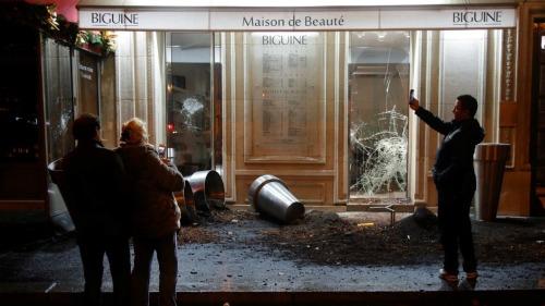 Bên ngoài một cửa hàng bị hư hại trên đại lộ Kleber. Ảnh: France24