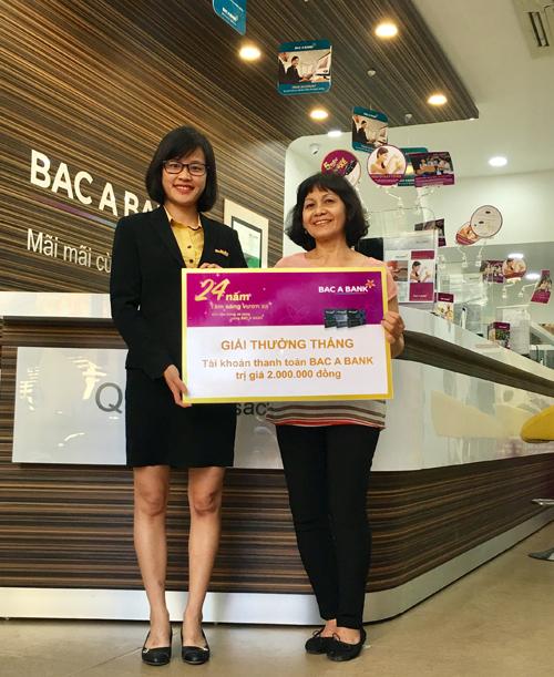 Khách hàng Bùi Hồng Thu đến nhận giải thưởng tại phòng giao dịch Hàng Kênh, chi nhánh Bắc Á Hải Phòng.