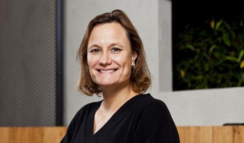 Gillian Tans - hạng 43: CEO người Hà Lan chịu trách nhiệm về chiến lược và hoạt động toàn cầu của Booking.com. Booking.com hiện có hơn 17.000 nhân viên ở 198 văn phòng tại 70 quốc gia trên toàn thế giới.