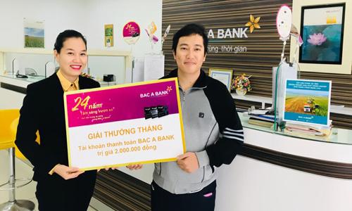 Trao thưởng cho khách hàng Ngô Như Quyền tại phòng giao dịch Đồng Phú, Bắc Á chi nhánh Quảng Bình.