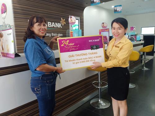 [Bà Dương Giang Kha nhận giải thưởng tháng tại phòng giao dịch Ninh Kiều, chi nhánh Bắc Á Cần Thơ.
