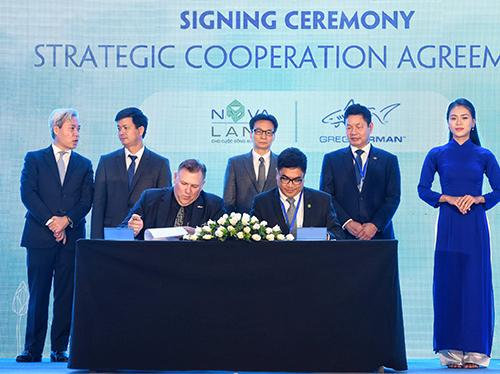 Ông Bùi Xuân Huy, Tổng giám đốc Novaland ký kết với đại diện Greg Norman tại sự kiện.