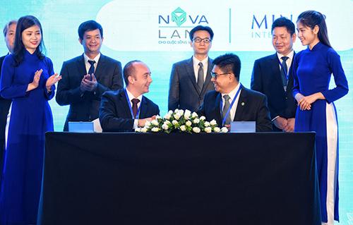 Ông Bùi Xuân Huy (phải) - Tổng giám đốc Novaland - ký kết với đại diện Minor Hotel Group.