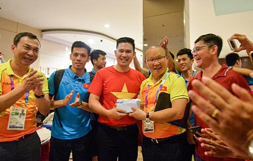 Doanh nhân Phạm Văn Tam (áo đỏ) thưởng nóng 25.000 USD cho HLV Park Hang-Seo sau trận tứ kết Asiad hồi tháng 8 năm nay diễn ra tại Indonesia.