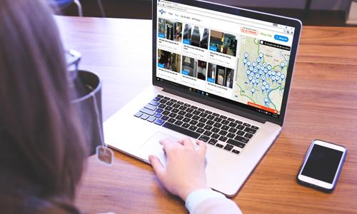 Tìm kiếm bất động sản trên internet. Ảnh: Vũ Lê