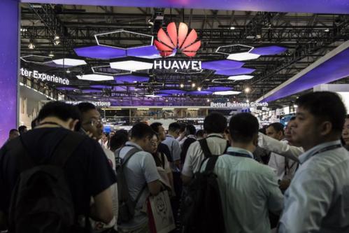 Khách tham quan trước gian hàng của Huawei tại Triển lãm Di động tại Thượng Hải. Ảnh: Bloomberg