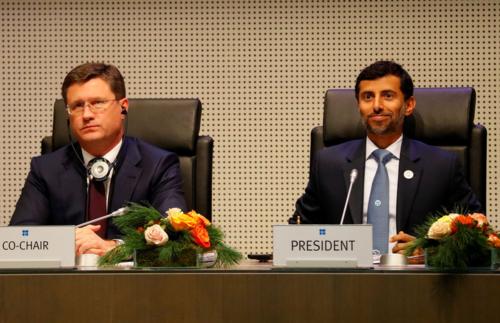 Bộ trưởng Năng lượng Nga - Alexander Novak và Bộ trưởng Dầu mỏ UAE -  Suhail Mohamed Al Mazrouei. Ảnh: Reuters