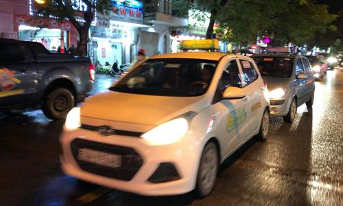 Nhiều tài xế taxi truyền thống không bật đồng hồ cước tối nay. Ảnh: Anh Tú