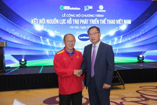 Giám đốc điều hành Lavifood - ông Lee Yong Kyun và HLV đội tuyển Việt Nam - ông Park Hang Seo