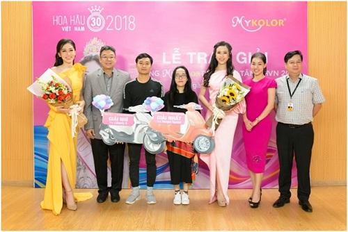 Ông Chalermsak Pimolsri - đại diện thương hiệu Mykolor, bà Phạm Kim Dung - đại diện BTC cuộc thi và 2 Á hậu chụp hình lưu niệm cùng khán giả may mắn chiến thắng minigame