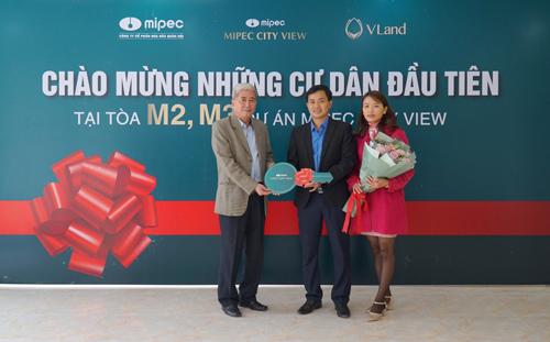 Ông Dư Cao Sơn Tổng Giám đốc Công ty Cổ phần hóa dầu quân đội chào mừng các Khách hàng đầu tiên nhận bàn giao căn hộ