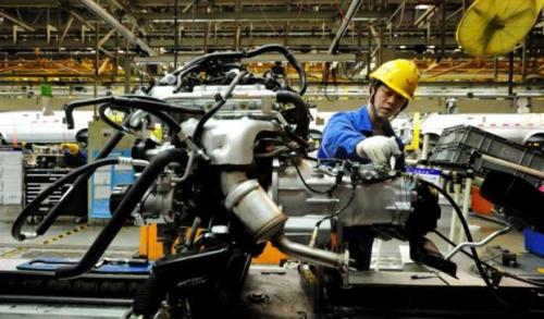 Công nhân Trung Quốc làm việc trong một nhà máy tại Sơn Đông. Ảnh: Reuters