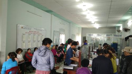 Khách hàng xếp hàng làm thủ tục chuyển nhượng quyền sử dụng đất tại một văn phòng công chứng huyện Điện Bàn.