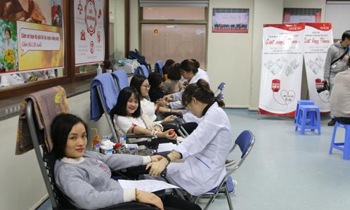 Hàng trăm người tham gia Ngày hội hiến máu 'giọt hồng Venesa' tại Hà Nội