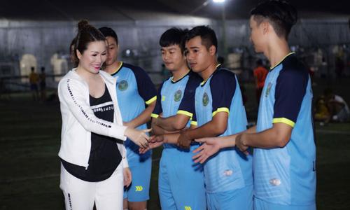 Hoa hậu Bùi Thị Hà tổ chức giải bóng Long Hoàng hưởng ứng AFF Cup