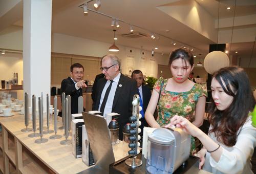Nhiều người tiêu dùng quan tâm, dùng thử sản phẩm cà phê viên nén - Trung Nguyên Legend Capsule.