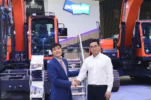 Ông Nguyễn Toàn Thắng - Chủ tịch Hội đồng thành viên Công ty DCC, nhà phân phối độc quyền các sản phẩm máy công trình Doosan tại Việt Nam (trái) và ông Yongeun Chung - Giám đốc bán hàng Doosan khu vực Đông Nam Á.