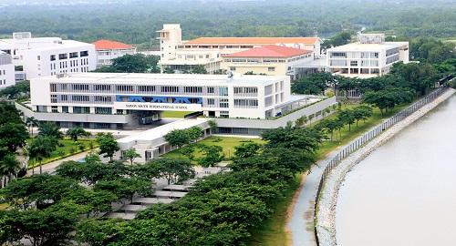 Không ít chủ đầu tư dự án hút khách mua sản phẩm bằng yếu tố mật độ xây dựng thấp, dao động 30-40%. Nhưng để hiện thực hoá con số này trên diện tích rộng lớn đến 433ha và giữ vững tiêu chuẩn 100.000 cư dân, 500.000 người vãng lai sau 25 năm, ông lớn địa ốc Nam Sài Gòn đã phải tính toán từ những ngày khu đô thị mới chỉ là bản vẽ.  Các không gian đẹp như bờ sông, vị trí trung tâm của cả khu vực được tập trung phát triển các không gian công cộng hoặc ưu tiên cho công trình giáo dục. Thậm chí có những tuyến đường được quy định dành để cho cư dân đi bộ, thưởng lãm cảnh quan vào những khung giờ cố định.