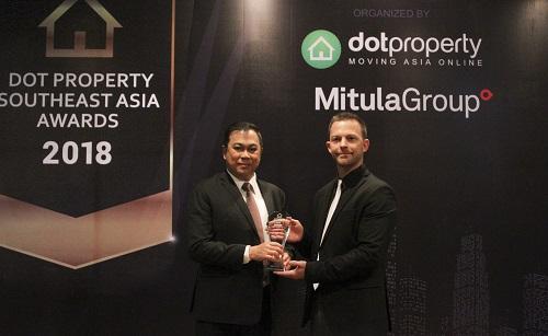 Đại diện Dot Property Đông Nam Á trao cúp danh hiệu cho CityLand