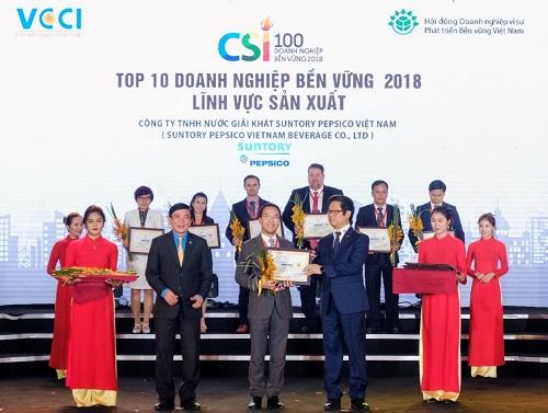 Đại diện Suntory PepsiCo Việt Nam nhận giải thưởng doanh nghiệp phát triển bền vững tại Việt Nam của VCCI.