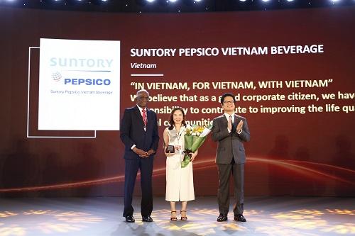Bà Văn Thị Anh Thư - Phó Tổng giám đốc cấp cao phụ trách nhân sự của Suntory PepsiCo Việt Nam đại diện công ty nhận giải thưởng phát triển nguồn nhân lực châu Á 2018 (Asia HRD Award 2018).